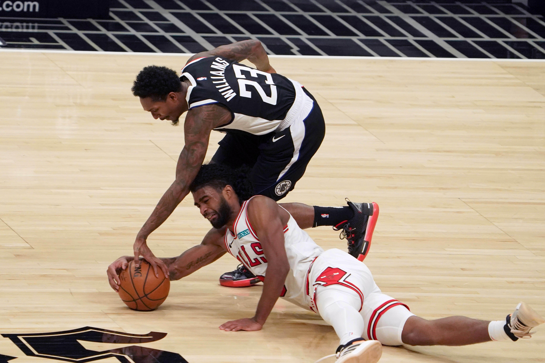 Guard LA Clippers Lou Williams (23) dan guard Chicago Bulls Coby White (0) berebut bola