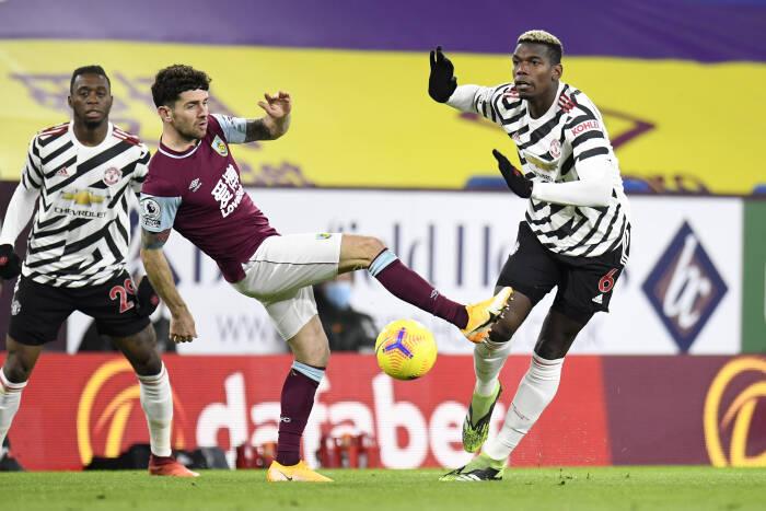 Paul Pogba dari Manchester United beraksi dengan Robbie Brady dari Burnley