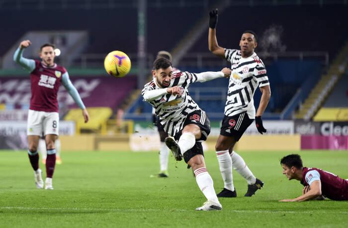 Bruno Fernandes dari Manchester United menembak ke gawang