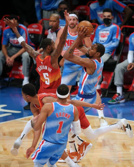 Power forward Brooklyn Nets Kevin Durant (7) menembak melawan shooting guard Denver Nuggets PJ Dozier (35)
