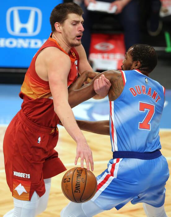 Center Denver Nuggets Nikola Jokic (15) mengontrol bola melawan power forward Brooklyn Nets Kevin Durant (7)