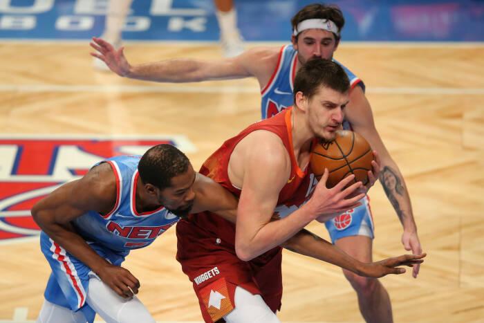 Center Denver Nuggets Nikola Jokic (15) dilanggar oleh power forward Brooklyn Nets Kevin Durant (7)