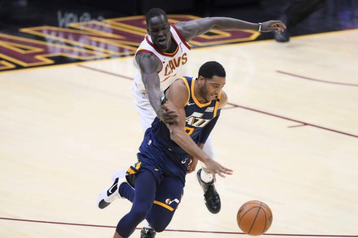 Guard Utah Jazz Shaquille Harrison (8) menggiring bola menghadapi center Cleveland Cavaliers Thon Maker (14)