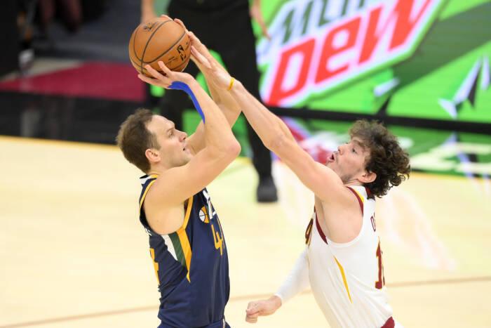 Penyerang Utah Jazz Bojan Bogdanovic (44) menembak saat ditekan oleh penyerang Cleveland Cavaliers Cedi Osman (16)