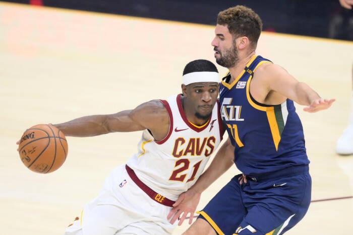 Guard Cleveland Cavaliers Damyean Dotson (21) melawan pemain depan Utah Jazz Georges Niang (31)