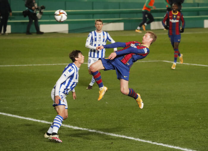 Frenkie de Jong dari Barcelona mencetak gol pertama mereka