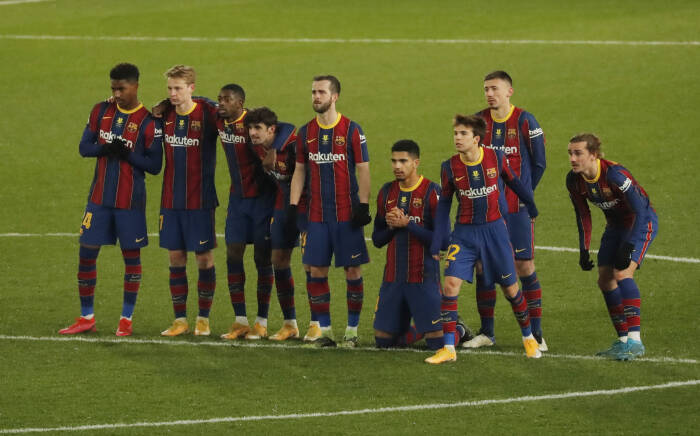 Para pemain Barcelona bereaksi selama adu penalti