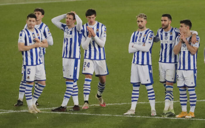 Para pemain Real Sociedad bereaksi selama adu penalti