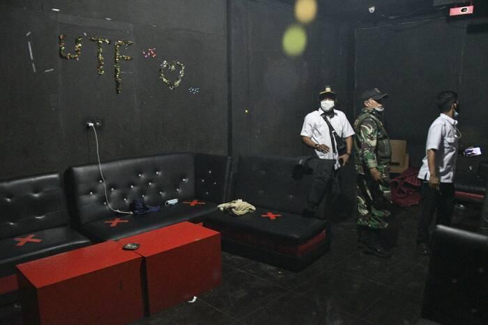 Petugas gabungan melakukan razia tempat hiburan malam