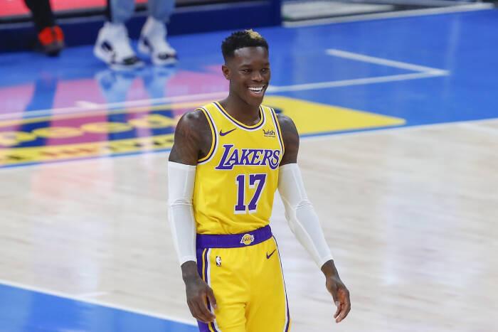 Guard Los Angeles Lakers Dennis Schroder (17) tersenyum saat ia diperkenalkan sebelum pertandingan dimulai
