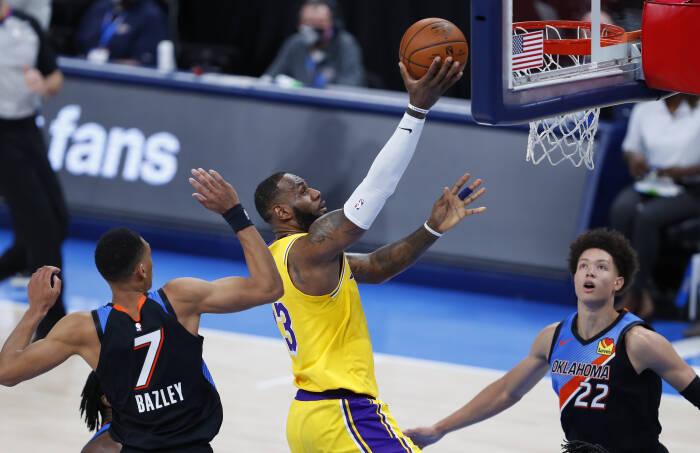 Penyerang Los Angeles Lakers LeBron James (23)