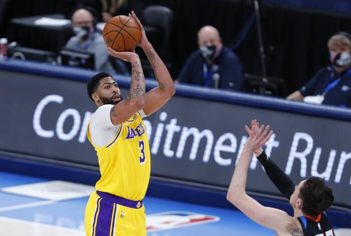 Penyerang Los Angeles Lakers Anthony Davis (3) melakukan tembakan