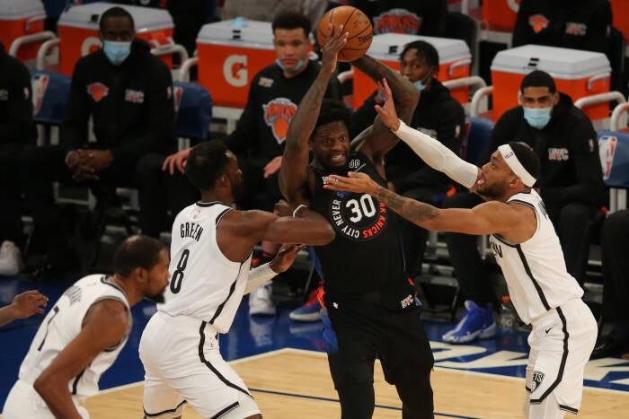 Power forward New York Knicks Julius Randle (30) berusaha mengoper bola