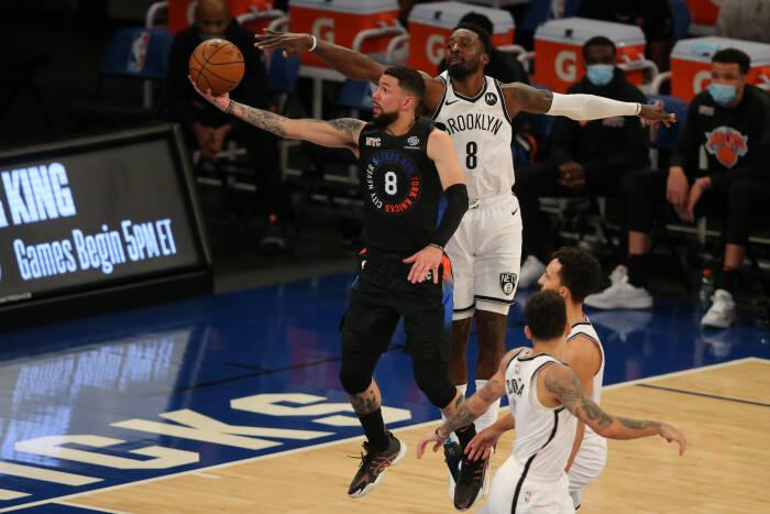Point guard New York Knicks Austin Rivers (8) menuju ke keranjang