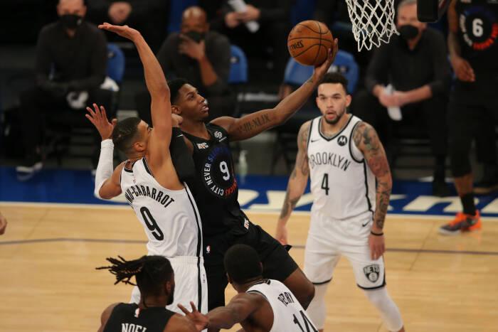Shooting guard New York Knicks RJ Barrett (9) melaju ke ring melawan guard Brooklyn Nets Timothe Luwawu-Cabarrot (9)