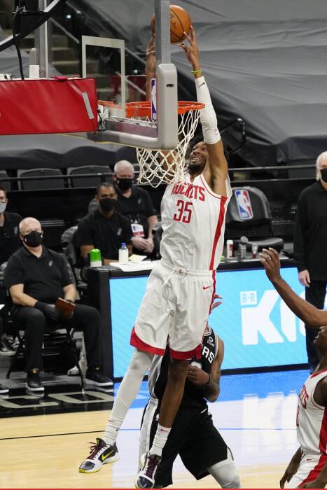 Center Houston Rockets Christian Wood (35) melakukan dunk