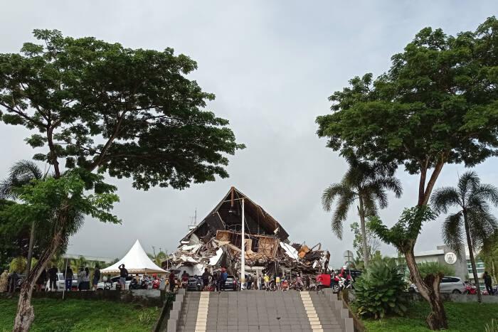 Warga mengamati bangunan Kantor Gubernur yang roboh pascagempa bumi, di Mamuju, Sulawesi Barat, Jumat (15/1/2021). (Antara)