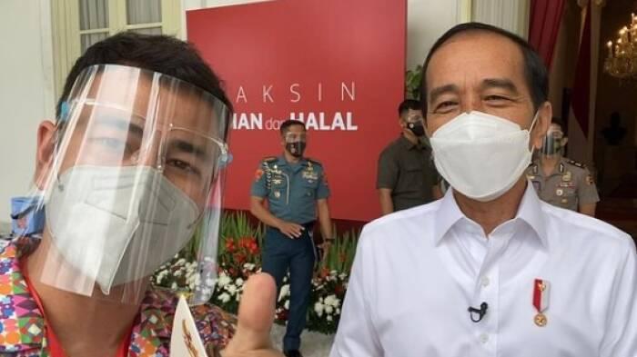 Raffi Ahmad bersama Presiden Joko Widodo setelah mendapat vaksin perdana