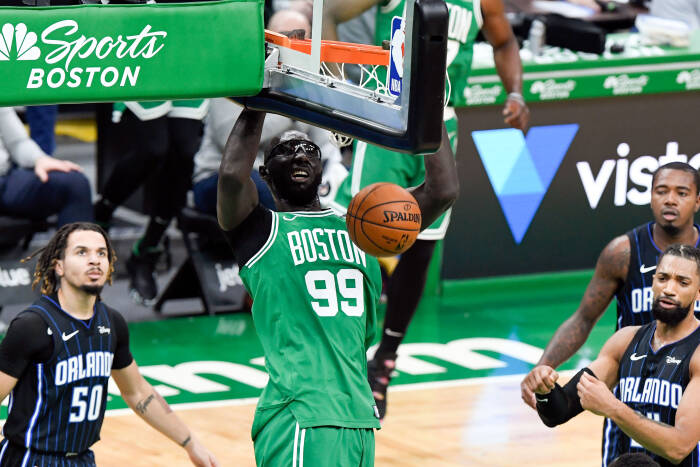 Center Boston Celtics Tacko Fall (99) melakukan dunks