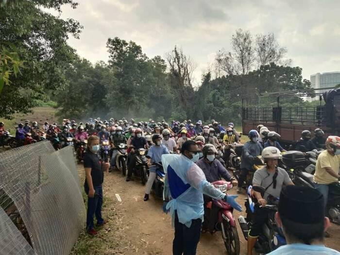 Ribuan orang mengantre dalam pembagian ayam beku gratis di Malaysia. (photo/Twitter/@redzuanNewsMPB)