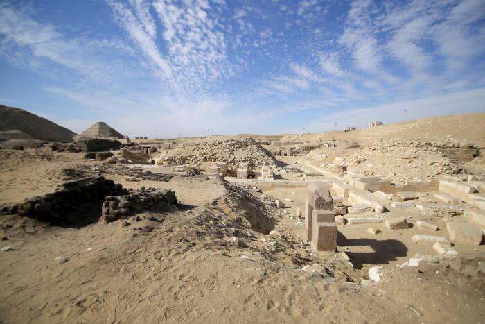 Beberapa peti dari pemakaman kuno yang ditemukan di Saqqara Mesir. (REUTERS/Hanaa Habib).