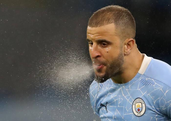 Kyle Walker dari Manchester City memuntahkan air sebelum pertandingan