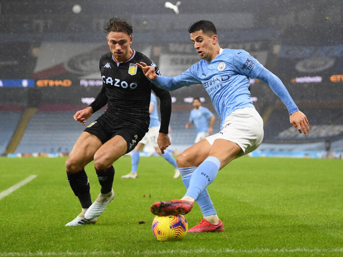 Joao Cancelo dari Manchester City beraksi dengan Matty Cash dari Aston Villa