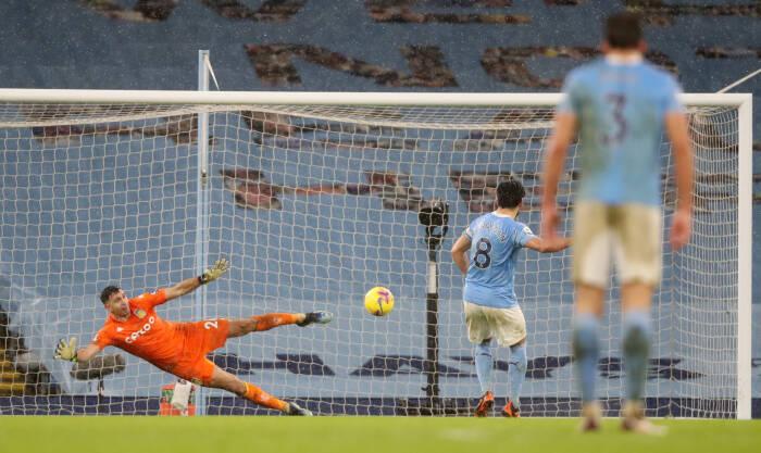 Ilkay Gundogan dari Manchester City mencetak gol kedua mereka dari titik penalti