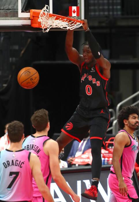 Penjaga Toronto Raptors, Terence Davis (0) melakukan dunks