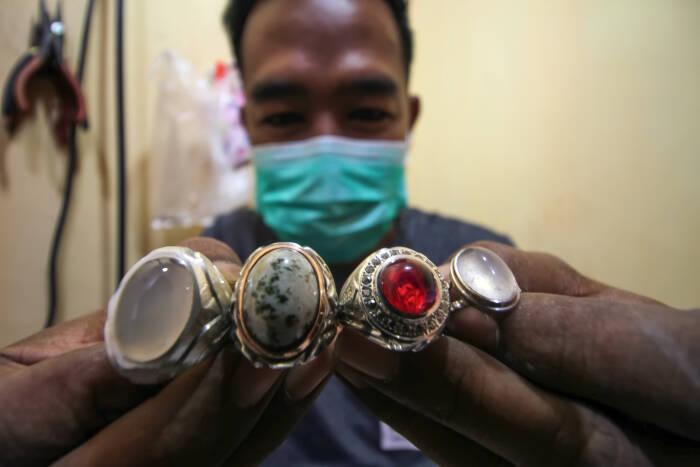 Perajin menunjukkan produksi cincin gagang perak di Lhokseumawe
