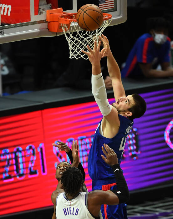 Center Los Angeles Clippers Ivica Zubac (40) meraih rebound