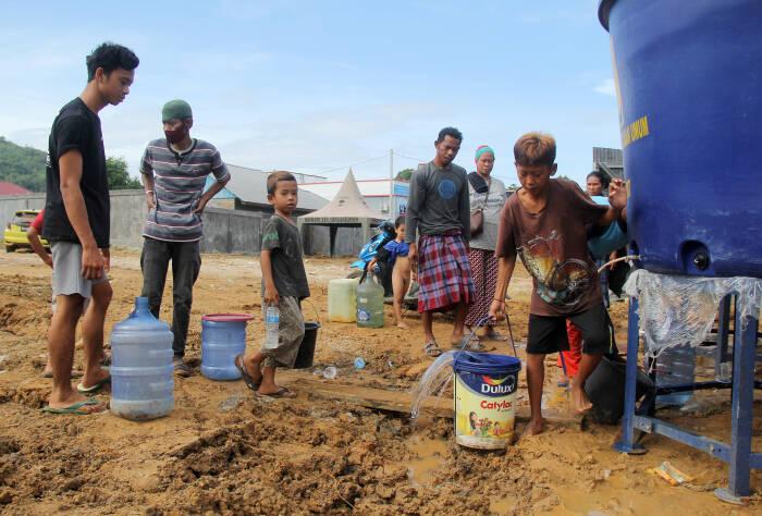 Sejumlah pengungsi antre mengambil air bersih di tempat pengungsian di Mamuju