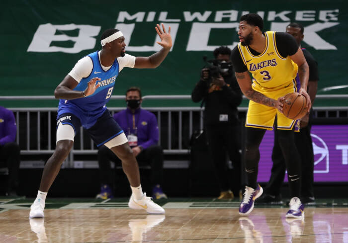 Penyerang Los Angeles Lakers Anthony Davis (3) dijaga oleh center Milwaukee Bucks Bobby Portis (9)