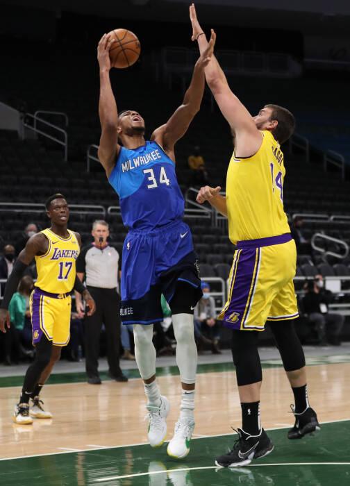 Penyerang Milwaukee Bucks Giannis Antetokounmpo (34) dijaga oleh center Los Angeles Lakers Marc Gasol (14)