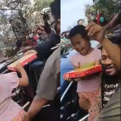 Potongan video seorang ibu dan anaknya diduga tak mengenakan masker saat menerima bingkisan dari Jokowi. / twitter