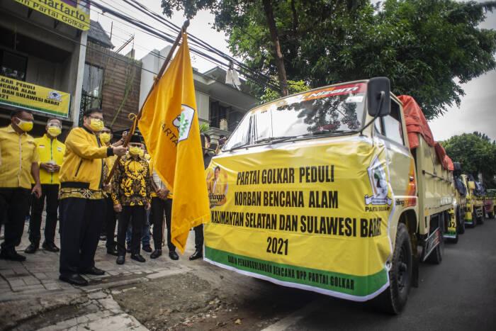 Ketua Umum Partai Golkar Airlangga Hartarto (ketiga kiri) melepas keberangkatan pendistribusian bantuan ke lokasi bencana alam