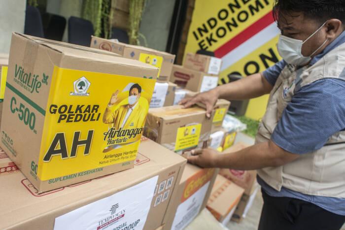 Petugas Badan Penanggulangan Bencana Alam DPP Partai Golkar menyiapkan kotak berisi kebutuhan pokok