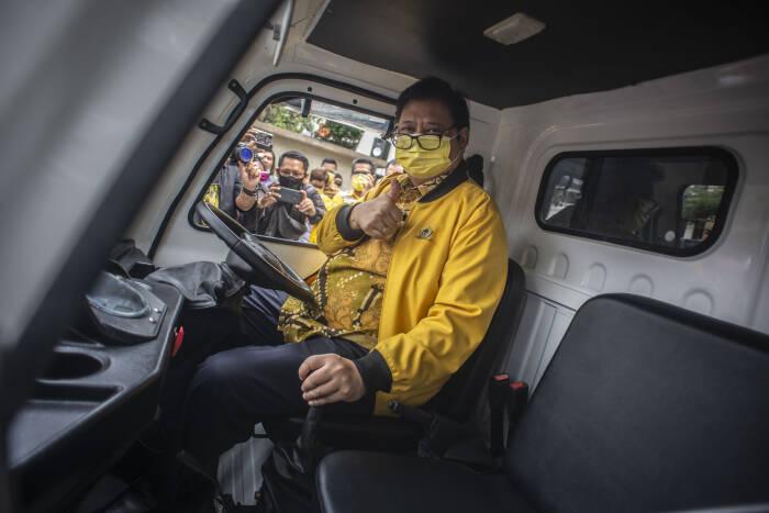 Ketua Umum Partai Golkar Airlangga Hartarto mencoba mobil filter air sebelum mendistribusikan ke lokasi bencana alam