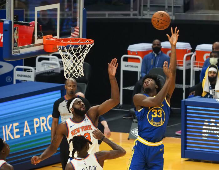 Center Golden State Warriors James Wiseman (33) dilanggar oleh penyerang New York Knicks Reggie Bullock (25)