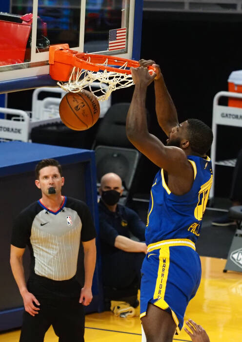 Penyerang Golden State Warriors Eric Paschall (7) melakukan dunks