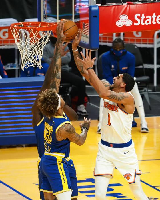 Forward-guard Golden State Warriors Kelly Oubre Jr. (12) memblok tembakan penyerang New York Knicks Obi Toppin (1)