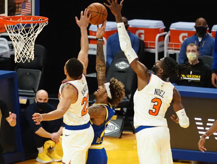 Penyerang New York Knicks Kevin Knox II (20) dan center Nerlens Noel (3) menjaga penyerang depan Golden State Warriors Kelly Oubre Jr. (12)