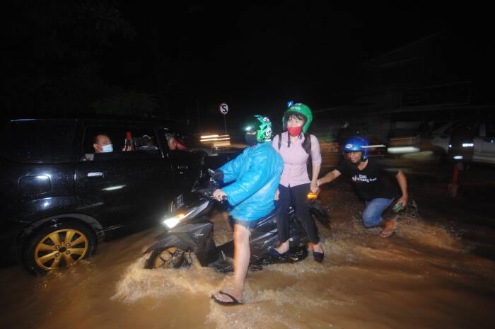 Sejumlah kendaraan terjebak macet di salah satu ruas jalan di Kota Manado