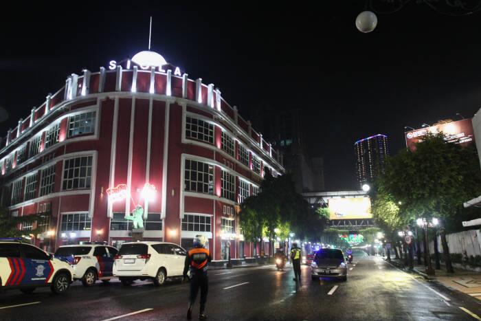 Petugas berjaga di Jalan Tunjungan yang ditutup