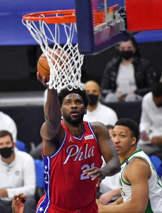 Center Philadelphia 76ers Joel Embiid (21) melakukan lays up
