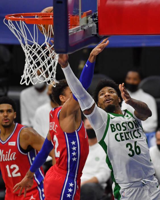 Guard Boston Celtics Marcus Smart (36) menembak melewati guard Philadelphia 76ers Matisse Thybulle (22)