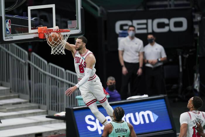 Penjaga Chicago Bulls Zach LaVine (8) melakukan dunk