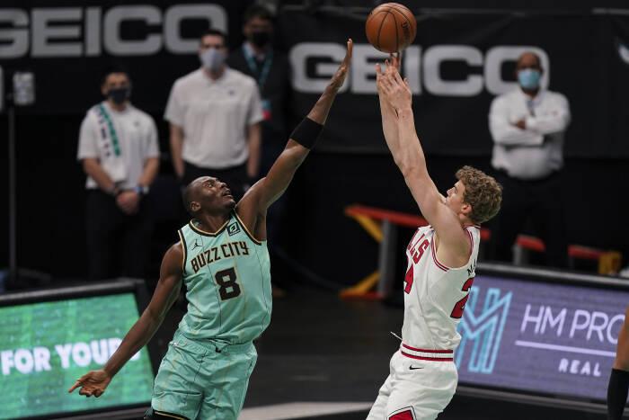 Penyerang Chicago Bulls Lauri Markkanen (24) menembak melewati center Charlotte Hornets Bismack Biyombo (8)