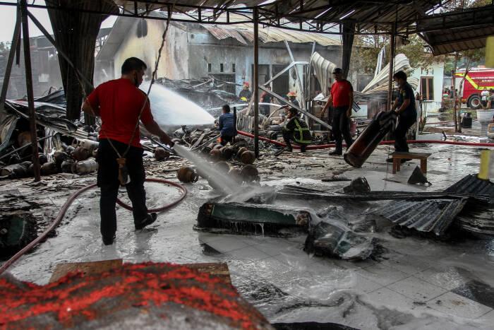 Petugas Pemadan Kebakaran berusaha memadamkan api ketika terjadi kebakaran di sebuah pangkalan gas di kawasan Kecamatan Medan Sunggal, Kota Medan, Sumatera Utara, Minggu (24/1/2021). (photo/ANTARA FOTO/Rony Muharrman)