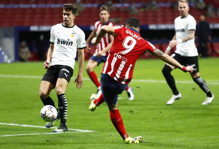 Luis Suarez dari Atletico Madrid mencetak gol kedua mereka